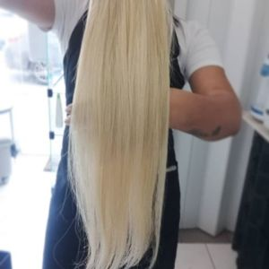 Cabelo loiro mega hair mulher segurando mega hair